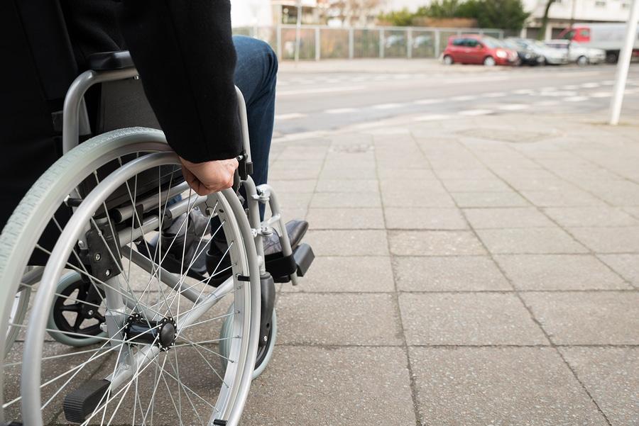 Im Alter auf einen Rollstuhl angewiesen