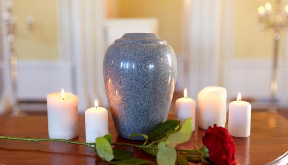 Urne für die Bestattung finden